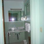 Highbrook Motel: Mini Suite Bathroom