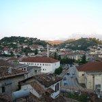 Vista dalla camera sulla città e monte Tomorr