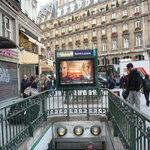Entrata metro davanti all'hotel