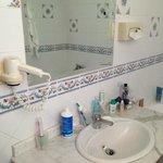 Grande con finestra, dotato di vasca da bagno poco funzionale per la doccia.