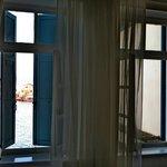 La vista sul porto veneziano da una camera al secondo piano
