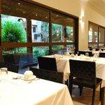 Restaurante com vista para o jardim e piscina