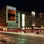 Das Radisson Blu Hotel Neubrandenburg bei Nacht