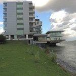 Hotel direkt am Fluss zum Hafen