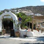 Entrata del ristorante dalla piazzetta di Ornos