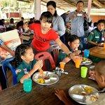 Le patron, son épouse et les enfants en orphelinat