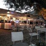 Le bar restaurant au bord de l'eau