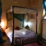 habitacion amplia, con cama grande y colchon comodo, todo muy limpio, acogedor:Sin ruidos,
