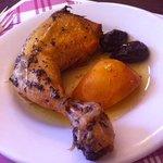 pollo rustido con manzana y ciruelas