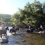 Cabalgata cruzando el río