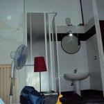 una doccia in un angolo della camera