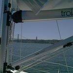 A Ponte 25 de Abril e o monumento ao Cristo Rei, vistos do iate da Palmayachts Boat Tours.