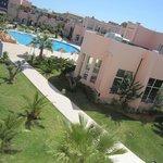 Außenbereich des Hotels mit Blick zu Hallenbad und Pool