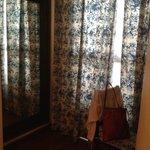 la ventana hacia el mini patio interior