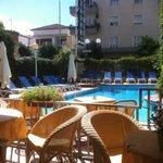 Blick vom Restaurant/Bar-Bereich auf den Pool