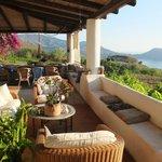 Il terrazzo principale con area relax in vista della baia di Lipari e del giardino-orto circosta