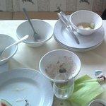abgeräumtes (?) Frühstücksgeschirr am Tisch