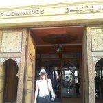 Minha irmã querida na fachada do Hotel