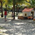Área entre os chalés e o acesso à praia, próxima à piscina e ao restaurante