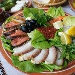Um dos pratos deliciosos, um misto de peixes crus e defumados!