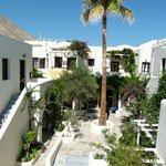 Le complexe (chambres), venant de la piscine et plage