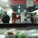 La cucina a vista del ristorante, coi giovani e simpatici cuochi.