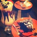 Capuccino Caramelo con chocolate y pastel de chocolate delicioso!