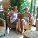 due sorelle in vacanza, nell'accogliente living dell'Hotel Club