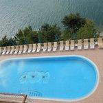 Blick von oben auf den Pool statt 40 Stufen waren es 110 Stufen bis zum See vom Pool aus gesehen