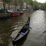 Una donna, una gondola in un canale ad Amsterdam....