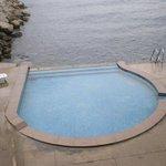 la piscina è a sfioro sul mare