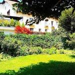 il giardino con sullo sfondo l'hotel