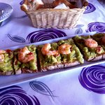 Tosta with guacamole & langostinos