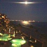 Fenomeno hermoso , el reflejo de la luna en el mar