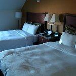 Schlafzimmer mit zwei Queen-Size-Betten