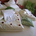 Bed mit Rosepetalen auf die Decke