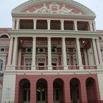 Vista frontal do Teatro Amazonas
