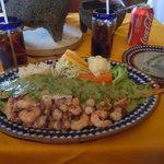 huichinango relleno de mariscos en salsa de cilantro