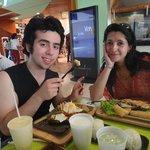 en familia comiendo en Brangus