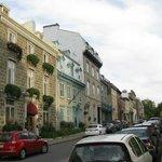 Le Manoir d'Auteuil, the brick building at far left