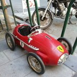 Cochecito de pedales aparcado frente a la tienda