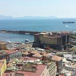 Questa è la vista che si godeva dalla mia stanza, affacciata sul porto e con il maschio Angioino