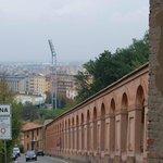 La ciudad a un lado en San Luca Bolonia
