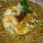 huevo en flor con morcilla y cebolla caramelizada