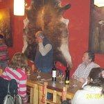imagen de una cena en el resto bar