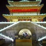 Un edeificio con luz en Xian