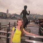 памятник Брюсу Ли на набережной гавани
