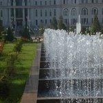 Wasserspiele vor National-Bibliothek