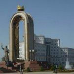 Ismail Somoni-Denkmal und Staatsbibliothek