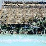 Hotel visto através da cascata da piscina.